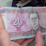 """als die Litauen sich letztes Jahr von ihrer alten Währung, den Litu, verabschieden mussten, gab es die Bewegung """"Crying Litas"""", wobei die Menschen auf die Scheine bevor sie sie ausgegeben haben Tränen gemalt haben."""
