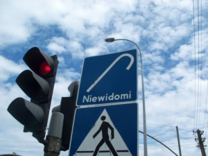 """Eindeutig fordert uns dieses Verkehrsschild mit """"Nie wieder Omi"""" auf an diesem Fußgängerüberweg alte Frauen zu überfahren, richtig?"""
